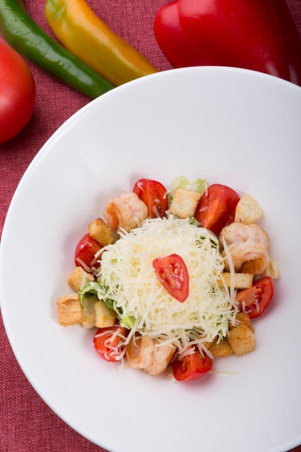 Zeevruchten caesar salade met geroosterde garnalen royalty-vrije stock afbeeldingen