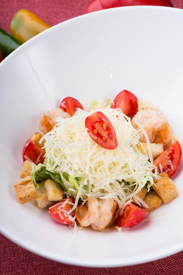 Zeevruchten caesar salade met geroosterde garnalen stock foto