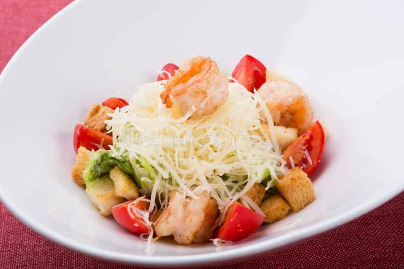 Zeevruchten caesar salade met geroosterde garnalen stock afbeeldingen