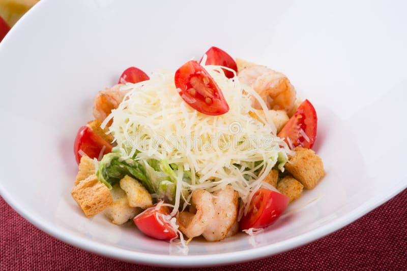 Zeevruchten caesar salade met geroosterde garnalen royalty-vrije stock fotografie