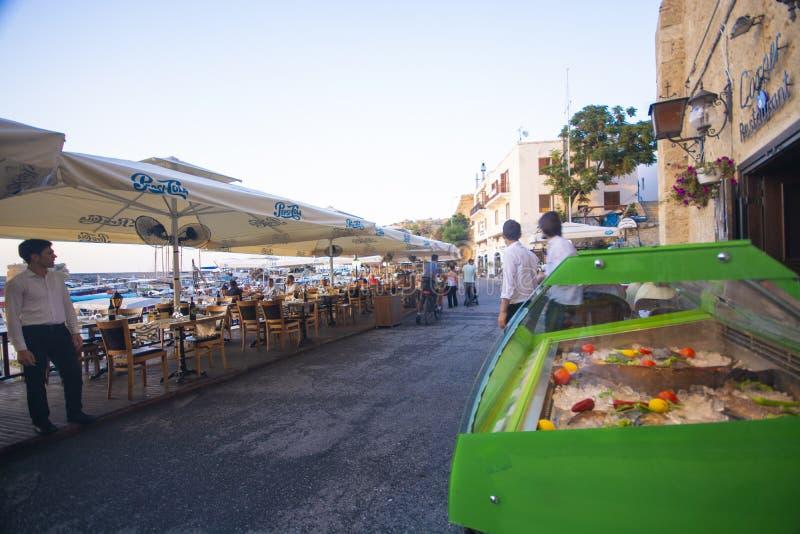 Zeevruchten en vissenkoelkast bij picturequemening van Kyrenia-haven in Cyprus royalty-vrije stock afbeelding