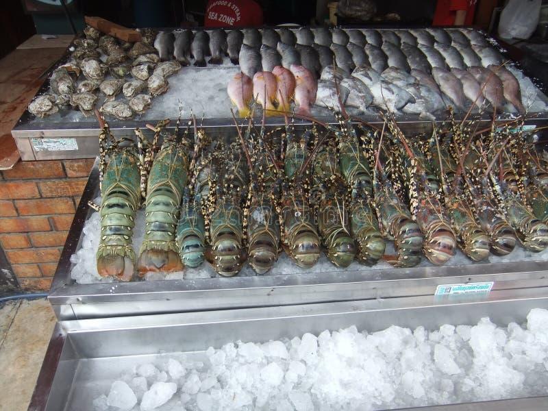 Zeevruchten en zeekreeft op de teller in de markt in Pattaya in Thailand stock fotografie