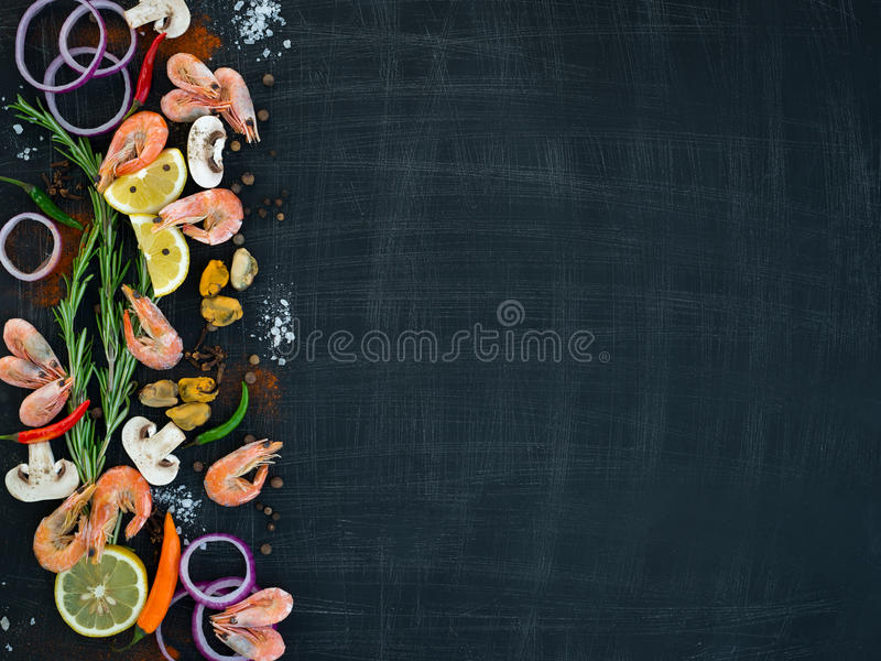 Zeevruchten met groenten en kruiden op een houten achtergrond Mening van hierboven Ruimte voor tekst stock afbeeldingen
