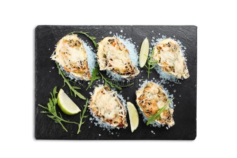 Zeevruchten op blauw overzees zout met kaas en kalk op een leiplaat op witte achtergrond wordt geïsoleerd die stock foto's