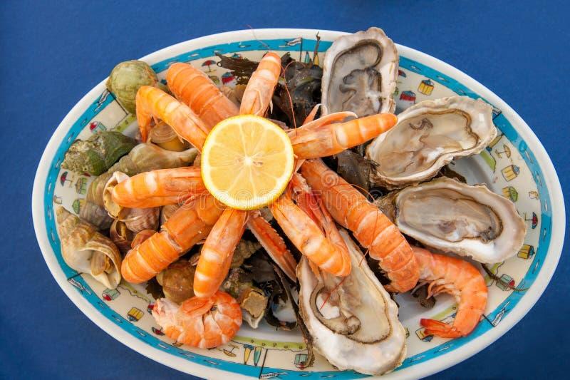 Zeevruchtenplaat in Frans kustrestaurant stock afbeelding