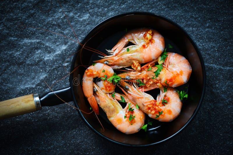 Zeevruchtenplaat met het oceaan gastronomische die diner van garnalengarnalen met sauskruiden en kruiden wordt gekookt op panacht royalty-vrije stock fotografie