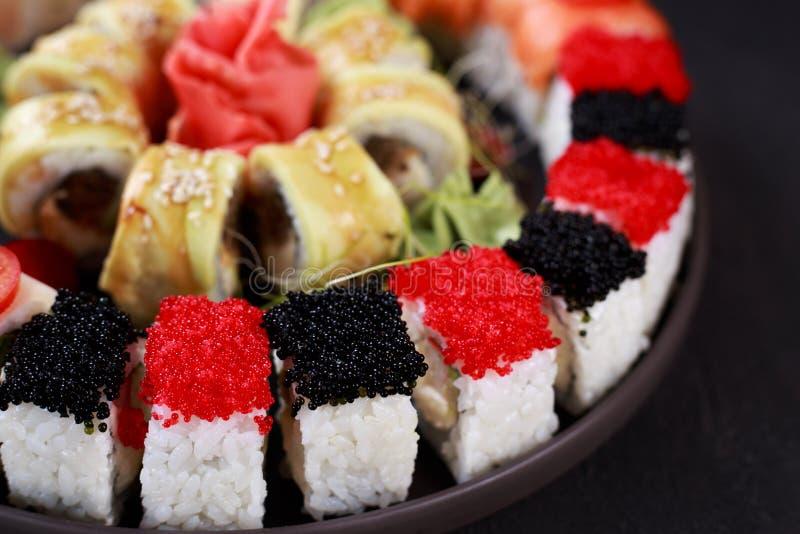 Zeevruchtenrestaurant, reeks diverse sushibroodjes royalty-vrije stock fotografie