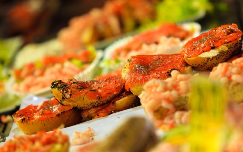 Download Zeevruchtensandwiches Bij De Vissenmarkt In Bergen, Noorwegen Stock Afbeelding - Afbeelding bestaande uit yummy, diner: 54091565