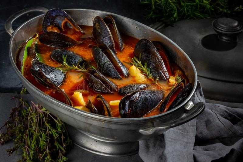 Zeevruchtensoep met mosselen en krabben in metaalpot royalty-vrije stock afbeelding