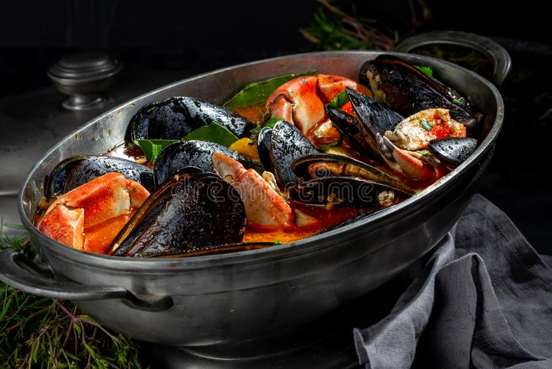 Zeevruchtensoep met mosselen en krabben in metaalpot royalty-vrije stock foto