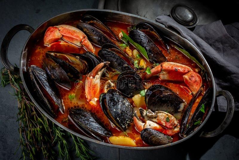 Zeevruchtensoep met mosselen en krabben in metaalpot royalty-vrije stock foto's