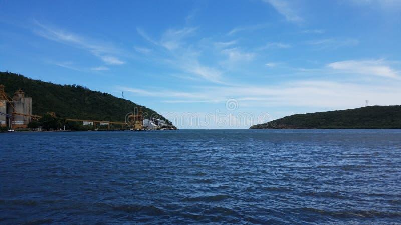 Zeewater en de industriële bouw in Guanica, Puerto Rico stock foto's