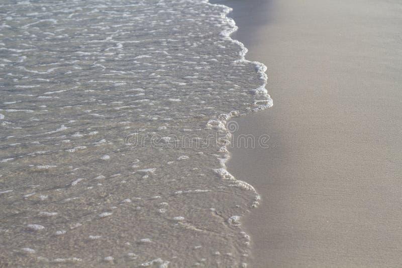 Zeewatergetijde op wit zandstrand Duidelijke golf op vlot zand Tropische kustfoto De bannermalplaatje van de de zomervakantie stock afbeeldingen