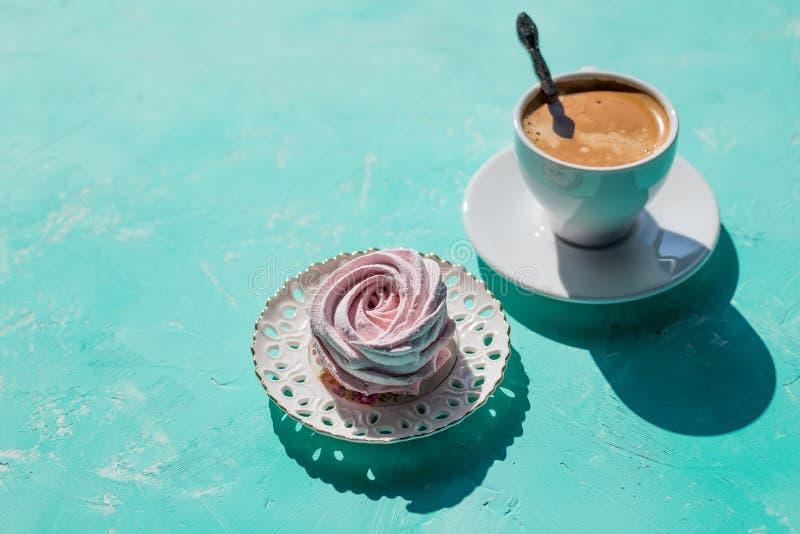 Zefiro fresco delle bacche dolci casalinghe, caramella gommosa e molle sul piatto con la tazza del caffè caldo di mattina sulla t fotografia stock libera da diritti