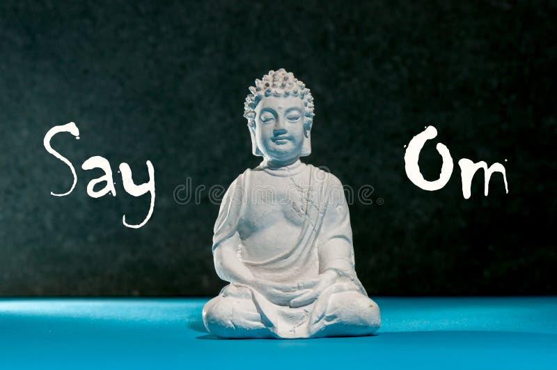 Zeg Om - Weinig standbeeld van Boedha, meditatie, zen en ontspan yogaconcept stock afbeelding