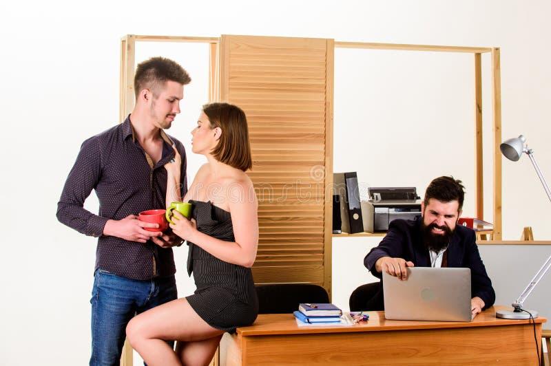 Zeg ongepast seksuele dingen Vrouw die in meestal mannelijke werkplaats werken Vrouwen aantrekkelijke dame die met mannen werken stock fotografie
