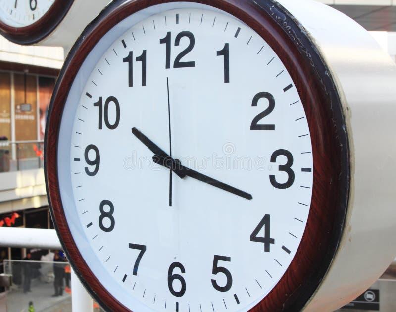 Zegar i budynki biurowi zdjęcie royalty free