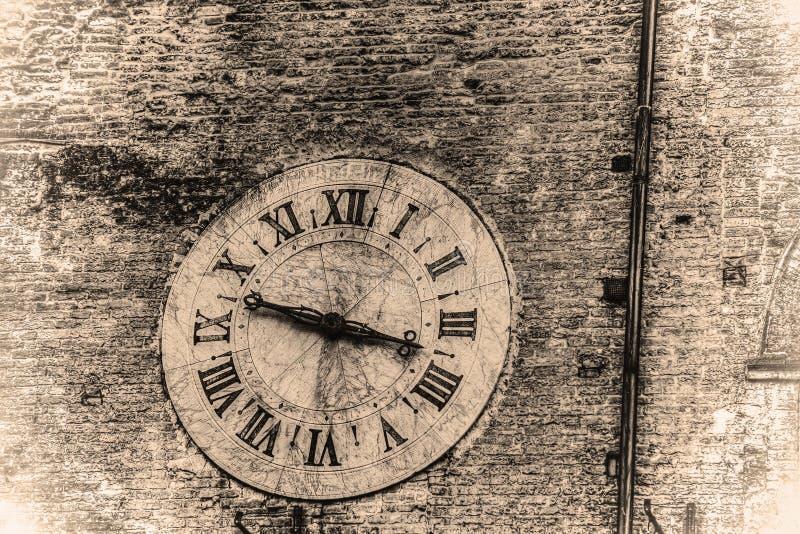 Zegar na ścianie w retro brzmieniu obraz stock