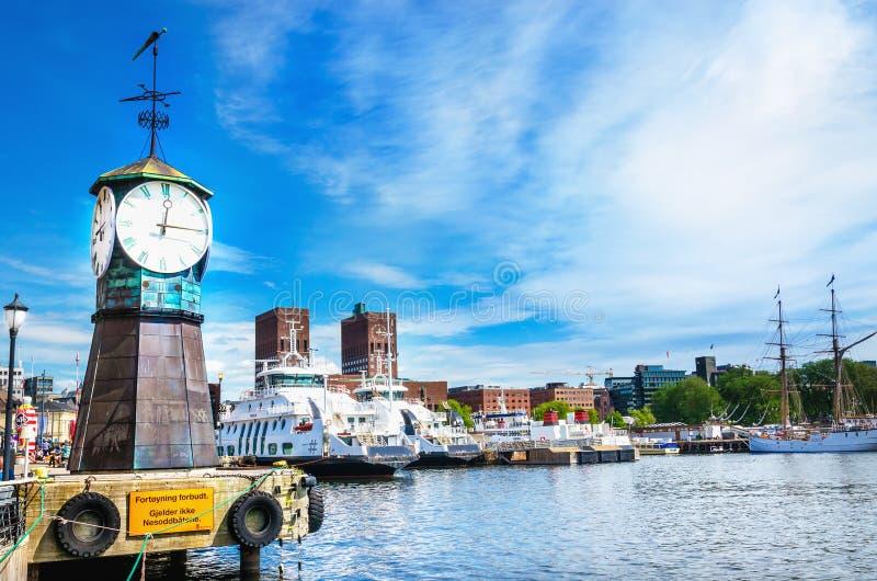 Zegar na Aker Brygge doku, nowożytny Oslo w Norwegia obraz royalty free