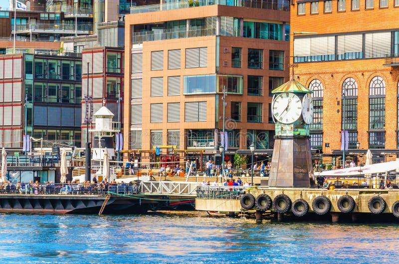 Zegar na Aker Brygge doku, Oslo w Norwegia fotografia stock