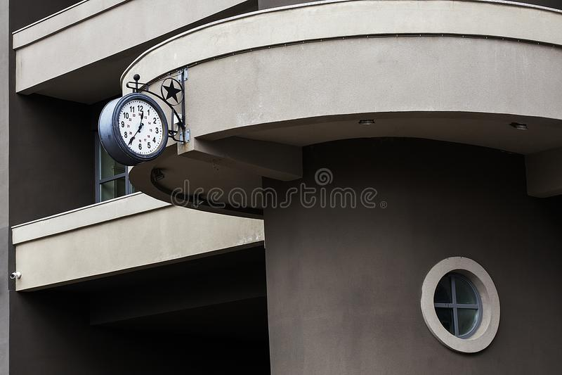 Zegar na budynku, szary budynek obraz stock