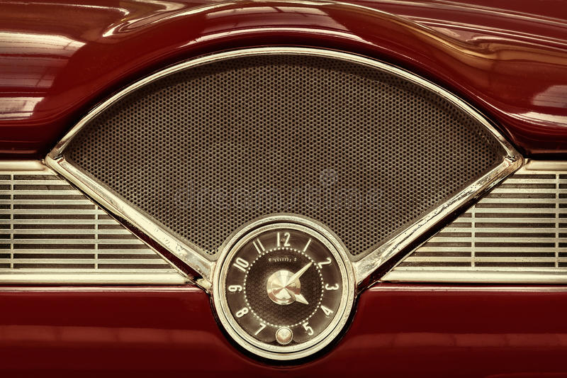 Zegar wśrodku klasyczni lata pięćdziesiąte samochodowi zdjęcie stock