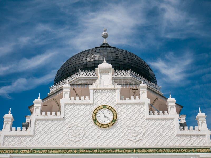 Zegar z Arabską liczbą w Baiturrahman Uroczysty Meczetowy Banda Aceh zdjęcia royalty free