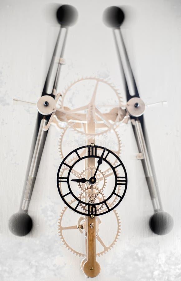 Zegar z huśtać się poruszające części zdjęcia royalty free