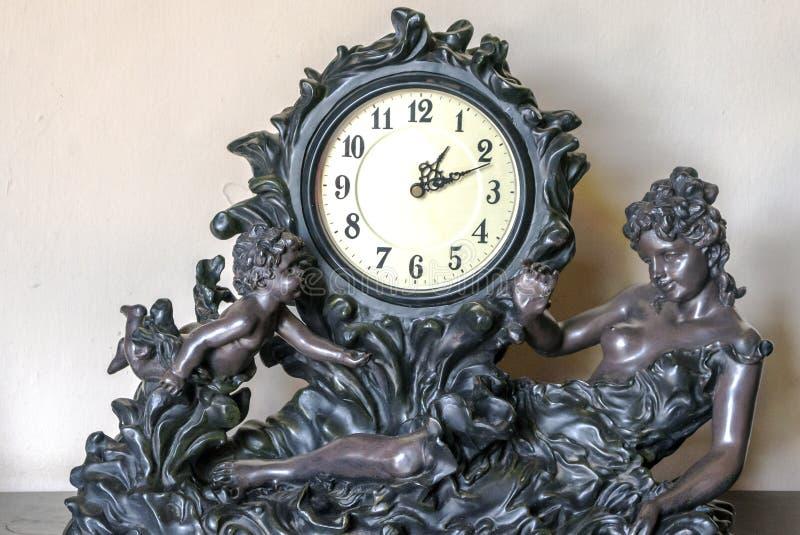 Zegar z rzeźbą kobieta obrazy stock
