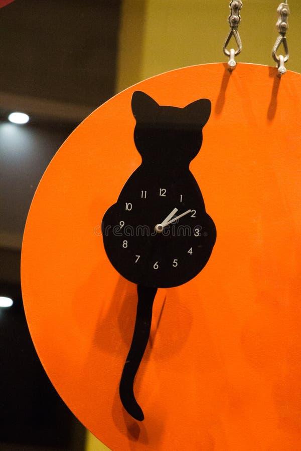 Zegar z spojrzeniem czarny kot obraz royalty free