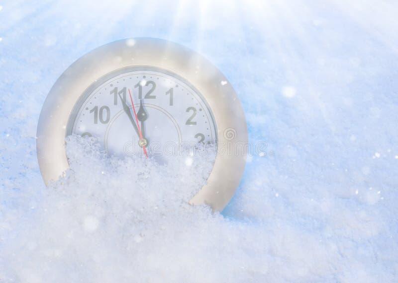 Zegarek w śniegu przeszłość nowego roku obraz stock