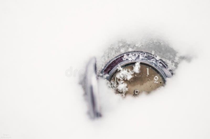 Zegarka lying on the beach w śniegu kiedy było tła może święta temat ilustracyjny użyć zdjęcia royalty free