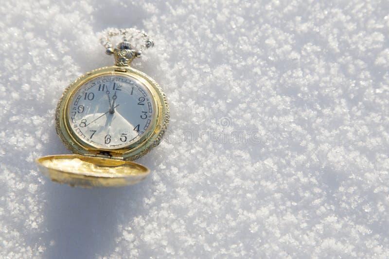 Zegarka lying on the beach w śniegu przed nowym rokiem fotografia royalty free