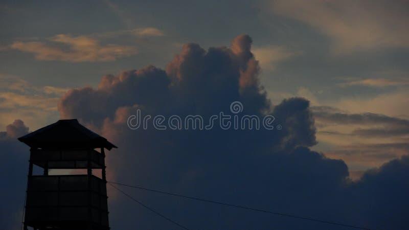 Zegarka wierza przeciw dramatycznemu niebu obrazy stock