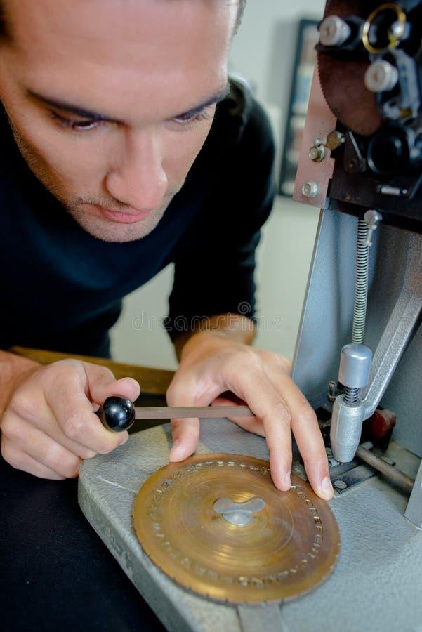 Zegarmistrz naprawia machinalnego zegar fotografia royalty free