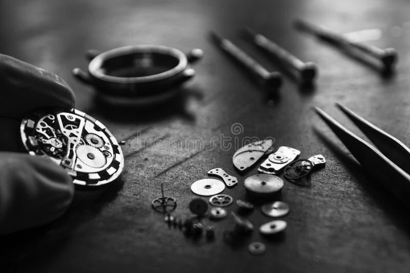 Zegarmistrz naprawia machinalnych zegarki w jego warsztacie zdjęcia stock