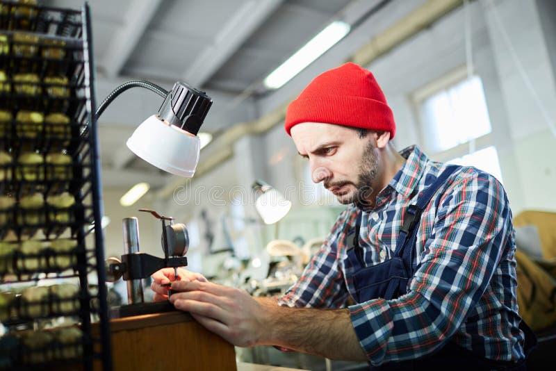 Zegarmistrz Pracuje przy fabryką fotografia stock