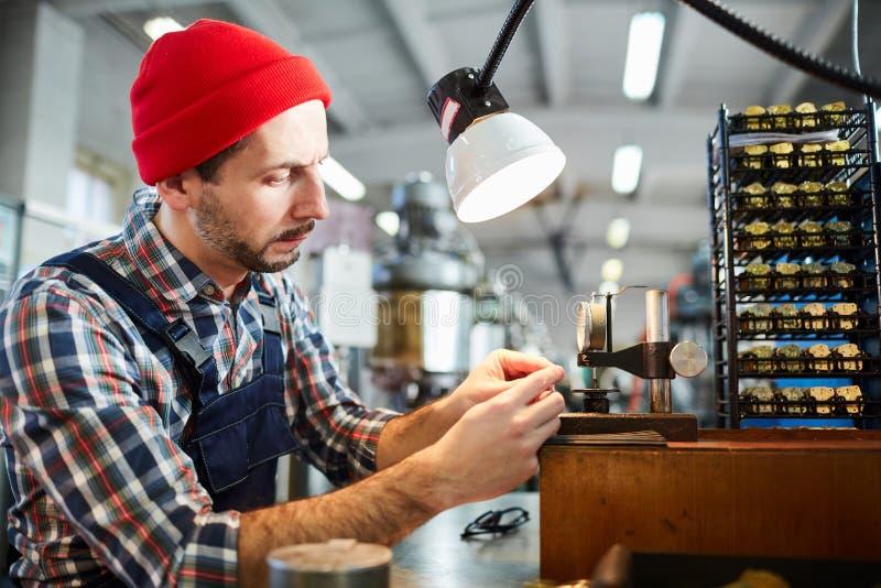 Zegarmistrz Pracuje przy rośliną zdjęcia royalty free