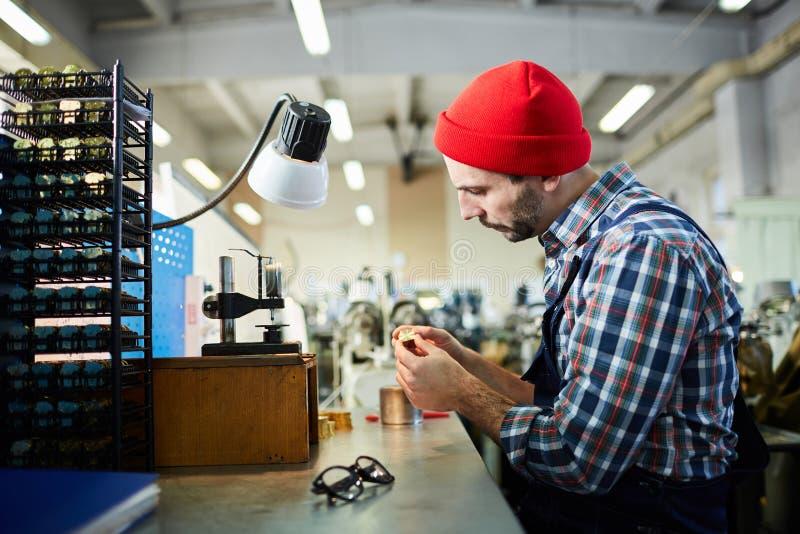 Zegarmistrz przy fabryką obraz stock