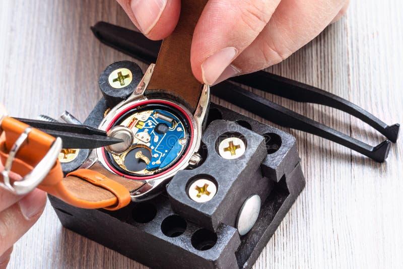 Zegarmistrz zamienia baterię w kwarcowym wristwatch fotografia stock
