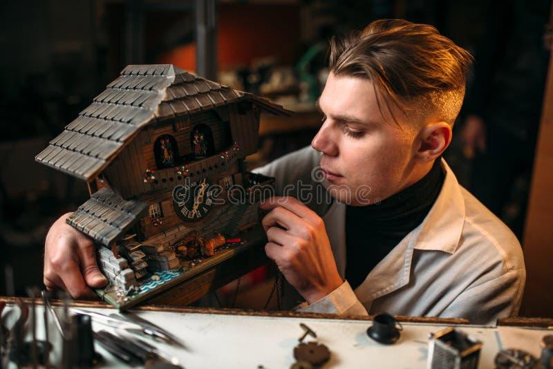 Zegarmistrza przywrócić stary ścienny zegar fotografia royalty free