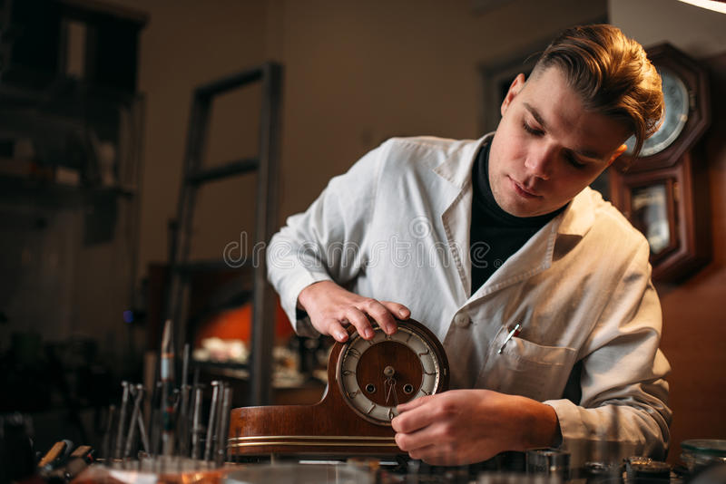 Zegarmistrza przywrócić stary drewniany stołowy zegar fotografia royalty free