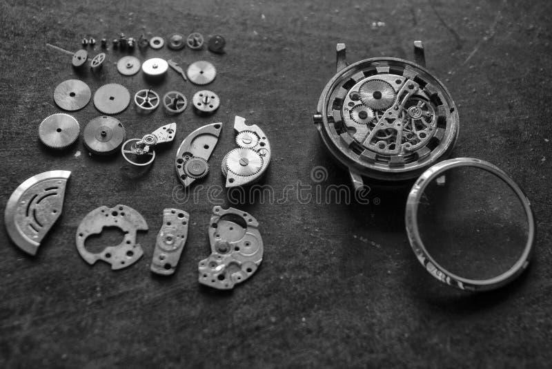 Zegarmistrza warsztat, zegarek naprawa, zegarmistrz naprawia machinalnych zegarki w jego warsztacie obrazy royalty free