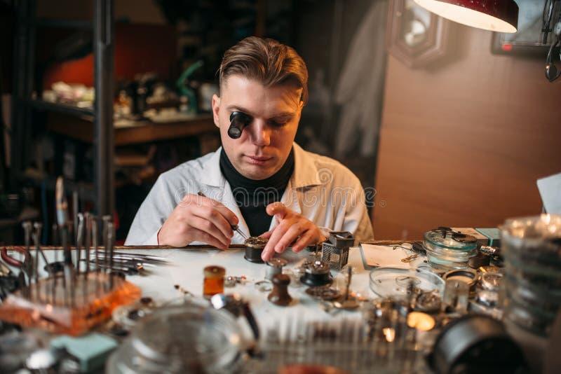 Zegarmistrzy zegarów remontowa stara przekładnia obrazy stock