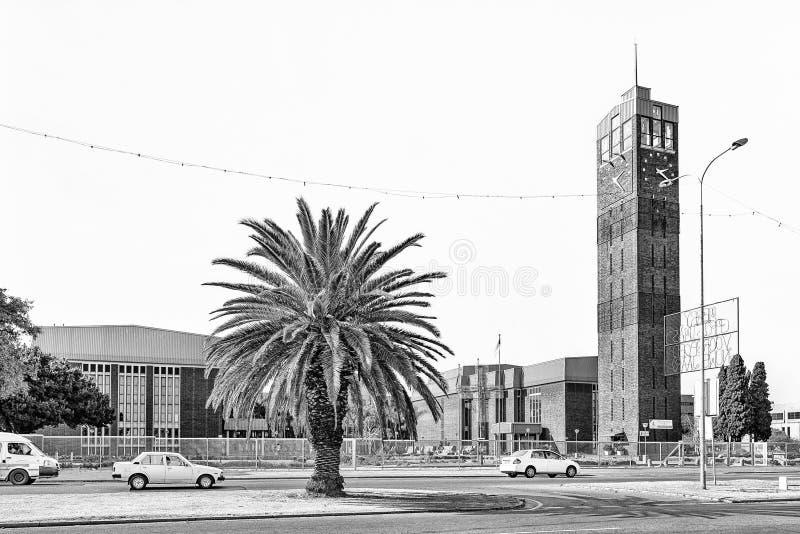 Zegarowy wierza i Ernest Oppenheimer Theatre w Welkom, monochrom obraz stock