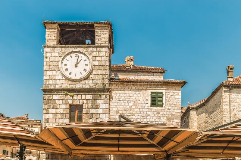 Zegarowy wierza na kwadracie ręki w Starym miasteczku Kotor, Montenegro Stary miasteczko Kotor jest UNESCO światowego dziedzictwa zdjęcie royalty free