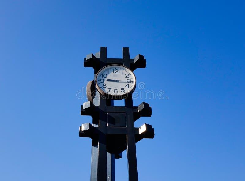 Zegarowy wierza pod niebieskim niebem w Tokio, Japonia obrazy stock