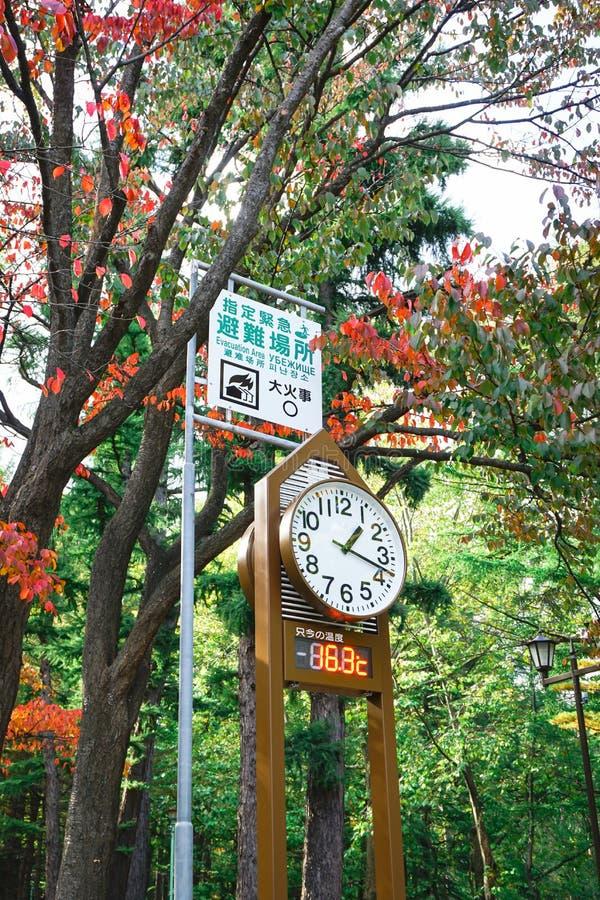 Zegarowy wierza prognozy pogoda przy Maruyama parkiem w jesień sezonie obrazy royalty free