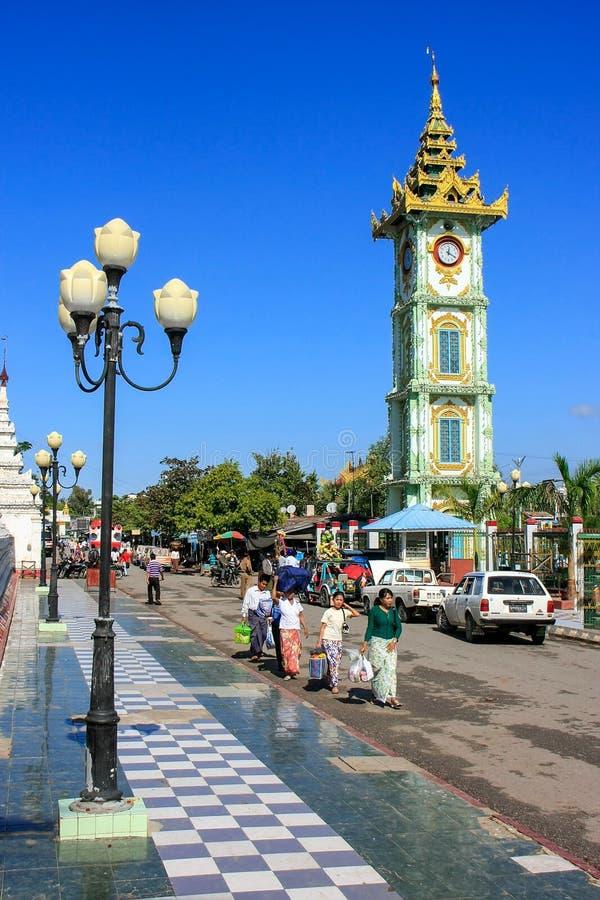 Zegarowy wierza przy Mahamuni Pagodowym kompleksem w Mandalay, Myanmar obraz stock