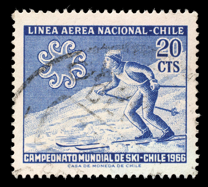 Zegel die in Chili van de `-Wereld het Ski?en Kampioenschappen wordt gedrukt - de kwestie van Chili 1966 ` toont Skiër die hellin royalty-vrije stock afbeeldingen